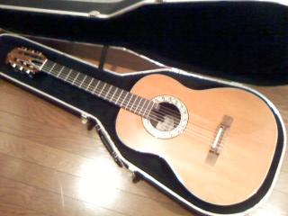 中川邸でたっぷり埃を頂いていたガットギターくん。