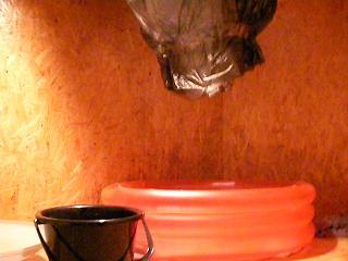 真っ赤なプール=夏の終わりのバーゲン品。